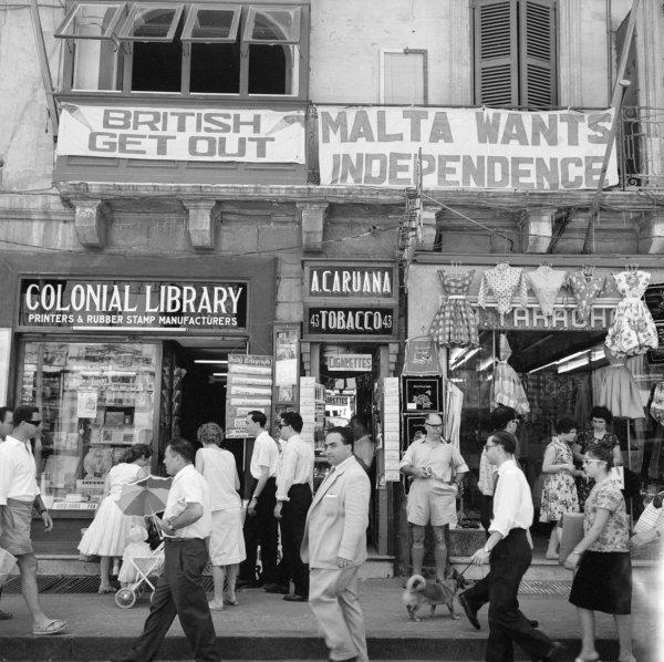Tiendas en Valletta (capital de Malta) con propaganda anti-Británica (años 60)