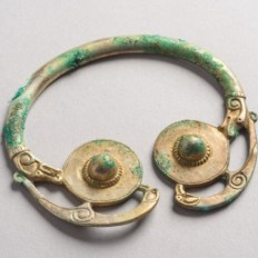 Broche penannular realizado a mano en Irlanda, perteneciente a una persona de alto status. Historic Scotland.