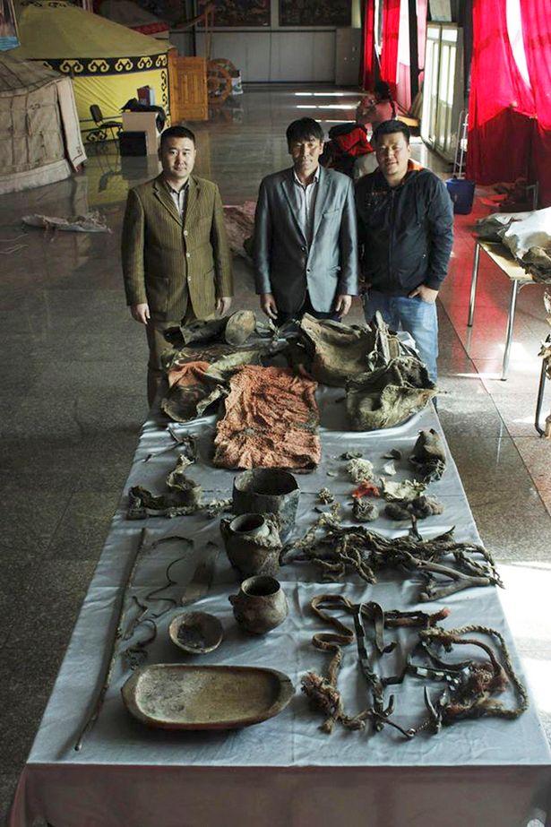 He aquí el elenco de arqueólogos y las pertenencias de la nueva chica ADIDAS. Foto: The Siberian Times