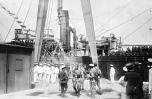 Repatriados de la Guerra, atracan en San Fernando, Cádiz