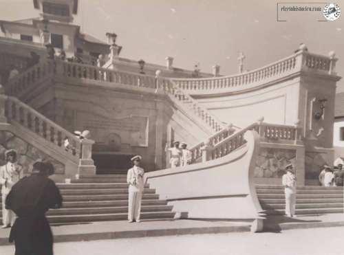 Para la ocasión, se instaló una tarima en la escalera monumental de la Escuela Naval