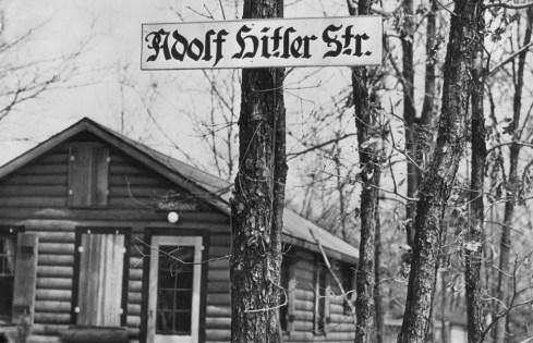 """""""Adolf Hitler Strasse"""", una de las calles de un campamento en Long Island (Foto: Archivo Getty)"""