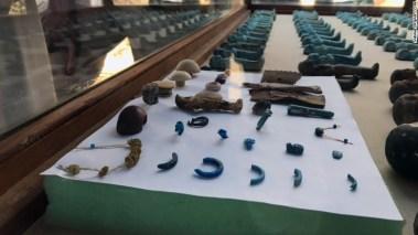 algunos de las piezas encontradas en la tumba