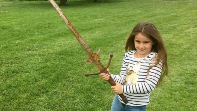 Photo of Una niña de 7 años encuentra una espada donde la leyenda dice que el rey Arturo tiró Excalibur