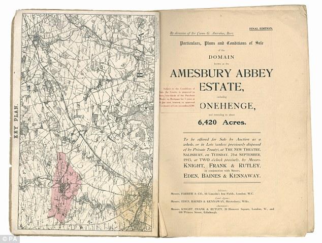 Esta imagen muestra la portada y el mapa del catálogo de subastas original para Stonehenge