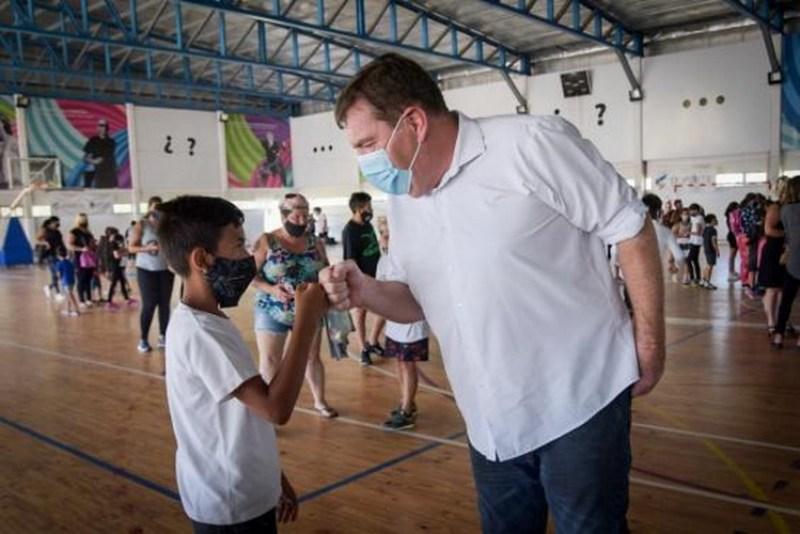 Acuerdo por obras de agua y cloacas y se avanza en finalización de  polideportivos del Centenario y Camet – El retrato de Hoy