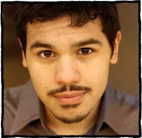 Carlos Valdes en el musical Once