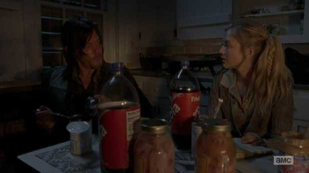 The Walking Dead 4x13 Alone - Beth le hace ojitos a Daryl