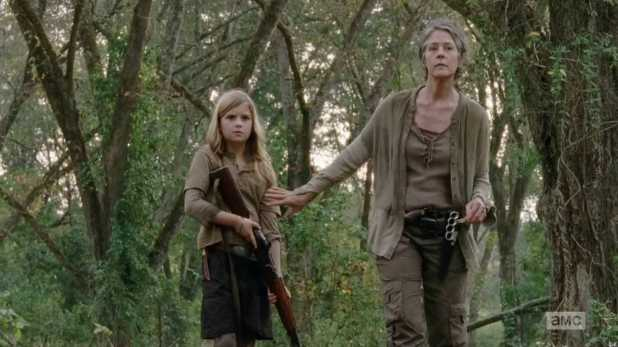 The Walking Dead 4x14 The Grove - Carol adiestra a Mika a ser más fuerte con las armas