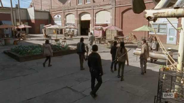 The Walking Dead 4x16 A - Rick se da cuenta de que los habitantes de Terminus tienen objetos de la prisión