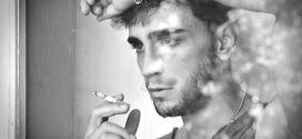 César Mateo fumando