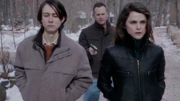 The Americans 2x13 - Larrick apuntando a Jared y Elisabeth