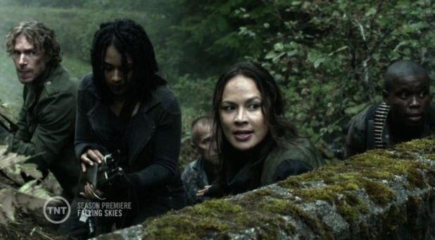 Falling Skies 4x01: Una Anne muy cambiada es la líder de un tercer grupo que resiste y se enfrenta directamente con los spheni.