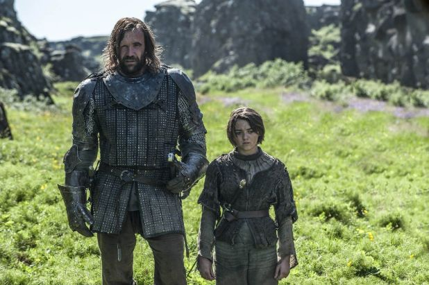 Juego de Tronos 4x08 - El Perro y Arya Llegando al Valle de Arryn
