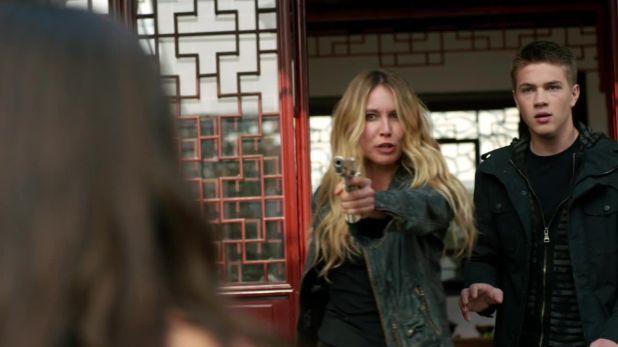 Falling Skies 4x03: Ben y Maggie amenazan a Lexi con un arma ante las dudas sobre su encuentro con un espheni.