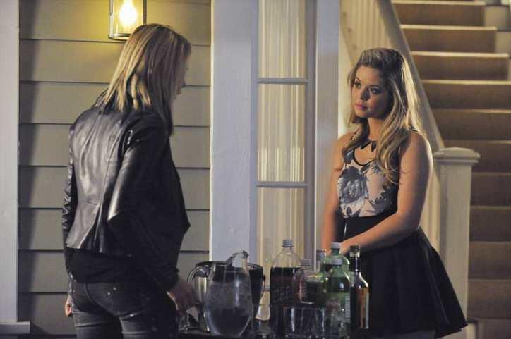 Pretty Little Liars 5x07: Hanna acude de mala gana a la cena en casa de Emily y muestra una actitud hostil hacia Alison.