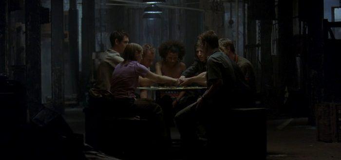 Jóvenes jugando a la ouija en Long Time Dead
