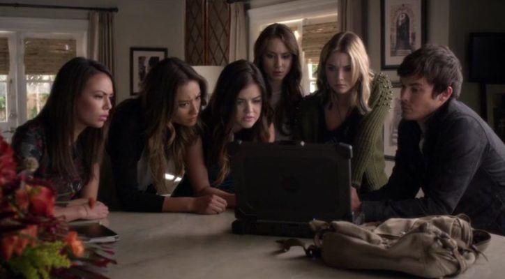 Pretty Little Liars 5x12 Las liars piden ayuda a Mona para saber qué información le está dando Alison a la policía.