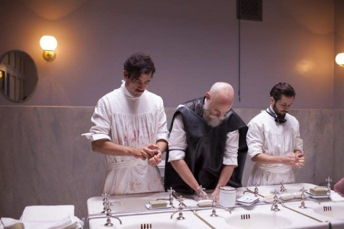 Estreno de The Knick- Los doctores limpiándose tras una intervención