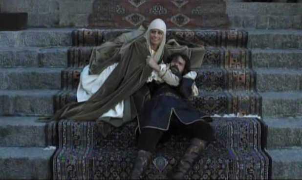 Isabel 3x01 - Isabel con Fernando justo después de que éste sufra el atentado