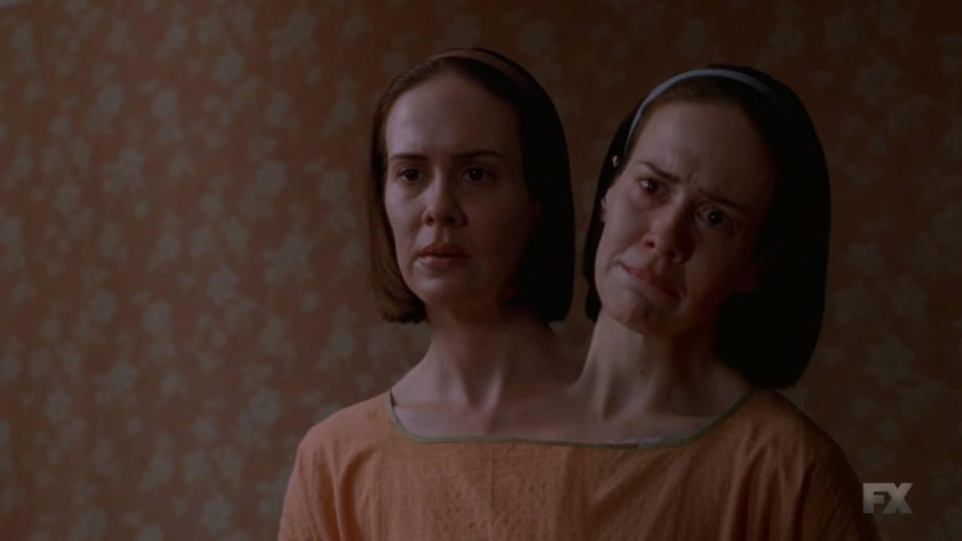 American Horror Story Freak Show 4x01 - Cabecera de la cuarta temporada - Las gemelas siamesas Bette y Dot perciben la realidad de forma diferente