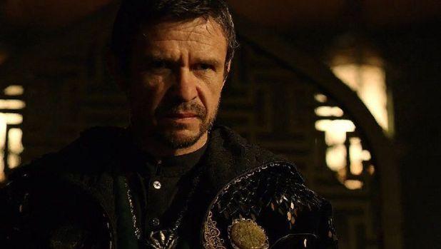 Arrow 3x04:  Nyssa corre a contarle a su padre, Ra's al Ghul, que Merlyn está vivo y bajo la protección de Oliver Queen en Starling City.