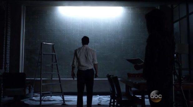 Agents of SHIELD 2x02: Coulson sigue dibujando los misteriosos símbolos que ahora también han aparecido en el obelisco.