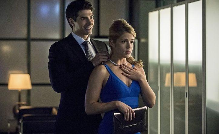 Arrow 3x07: Felicity está cada vez más cerca de Ray Palmer, que la está comprando a base de regalos y halagos.