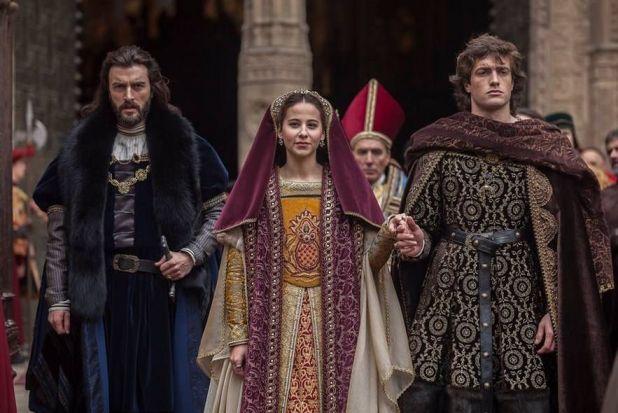 Isabel 3x10 - Felipe y Juana saliendo de la Catedral de Toledo tras jurar como Príncipes de Asturias