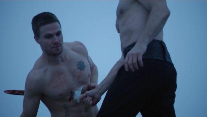 Arrow 3x09: Oliver cae derrotado ante Ra's al Ghul, que le atraviesa el pecho con una espada y lo lanza desde lo alto de la montaña.