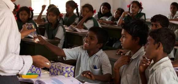 Samuel en su escuela en India - Camino a la escuela