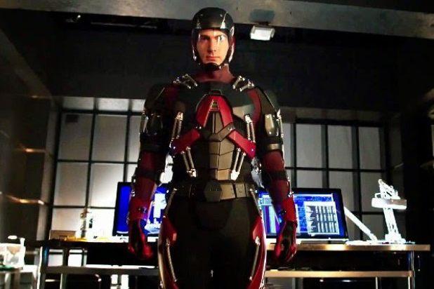 Arrow 3x15: Ray Palmer termina su traje de ATOM, que parece operativo al 100%, después de pasar la noche con Felicity.