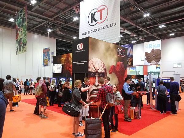 El stand de Koei Tecmo, invadido por titanes (MCM Comic Con Londres 2016)