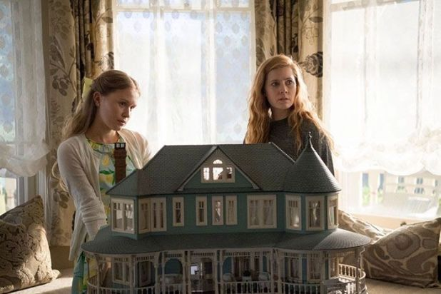 Amy Adams y Eliza Scanlen en Sharp Objects.