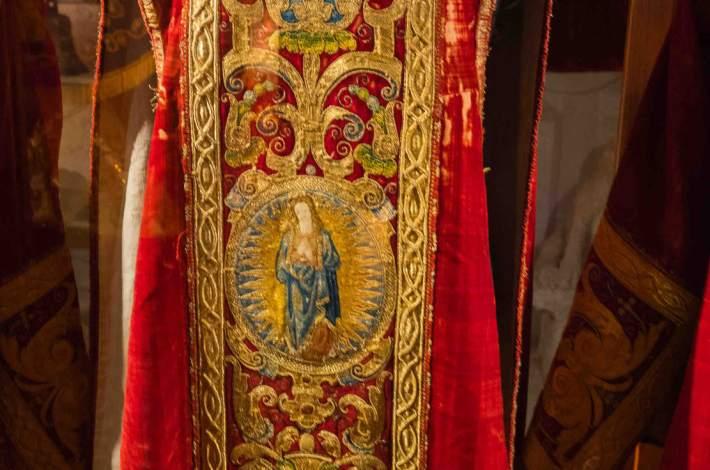 Chinchilla-Iglesia de Santa María del Salvador-Museo Parroquial-Terno Carmesí de San Pedro-1