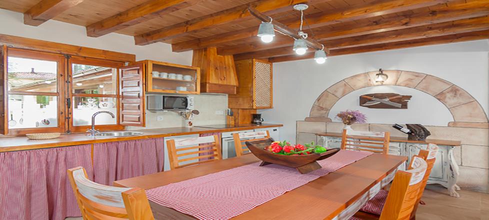 Casa Rural Cantabria El Rincón de Carmina, vista del salón zona de la cocina.
