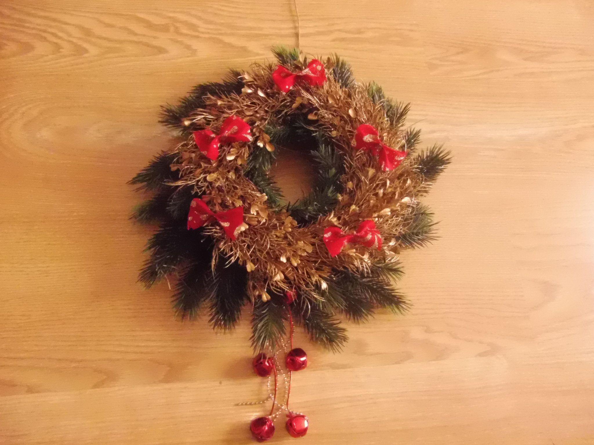 Corona navideña reciclada + adornos para puertas