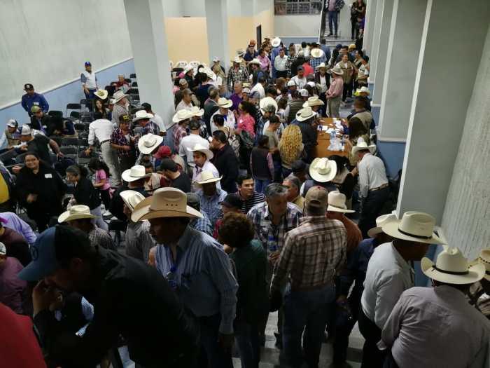 Ganaderos en la reunión con el delegado de programas federales, en San Juan de los Lagos. Foto: Sergio Hernández Márquez