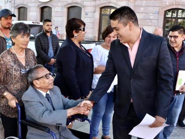 Tecutli Gómez saluda a Roberto Moreno, en la Plaza Cuarto Centenario