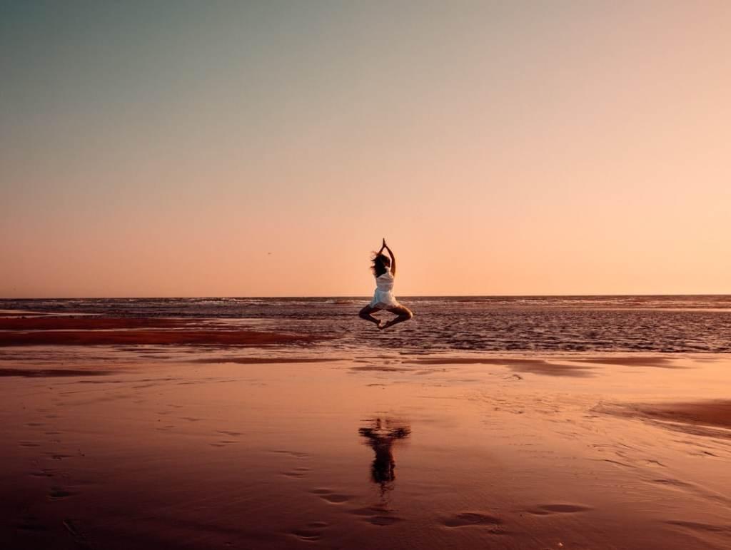 saut plage coucher de soleil
