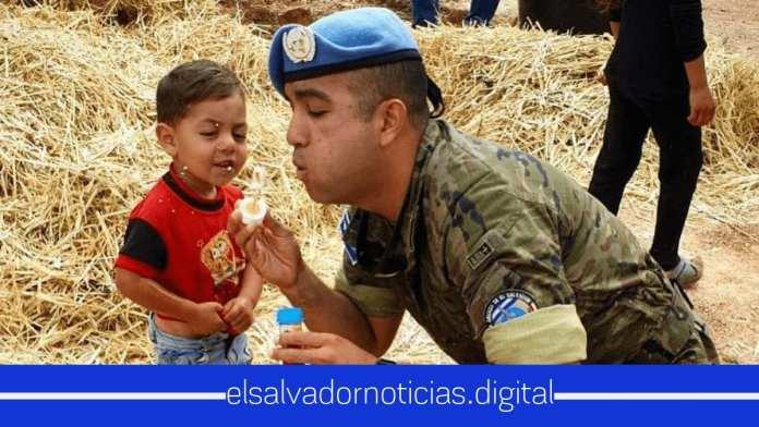 Soldados de El Salvador se convierten en Héroes de los niños