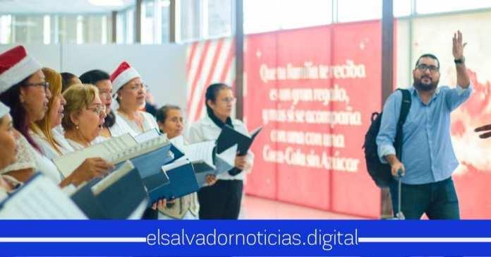 Coro Nacional recibe a pasajeros en Aeropuerto El Salvador