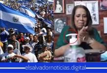 Salvadoreño AHUEVA a Nidia Díaz al hacerle un tutorial de como utilizar un dispensador de alcohol gel