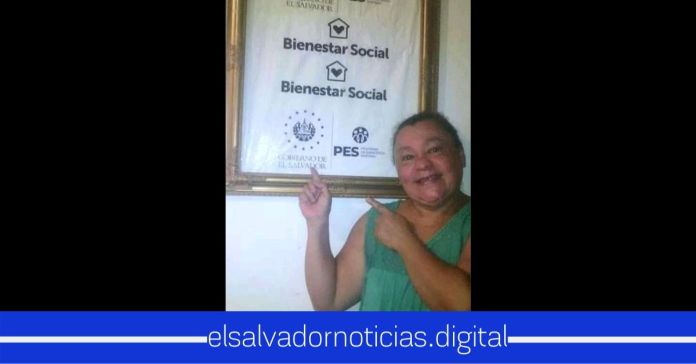 Salvadoreña enmarca la bolsa de su paquete alimentario demostrando agradecimiento hacia el Presidente Bukele