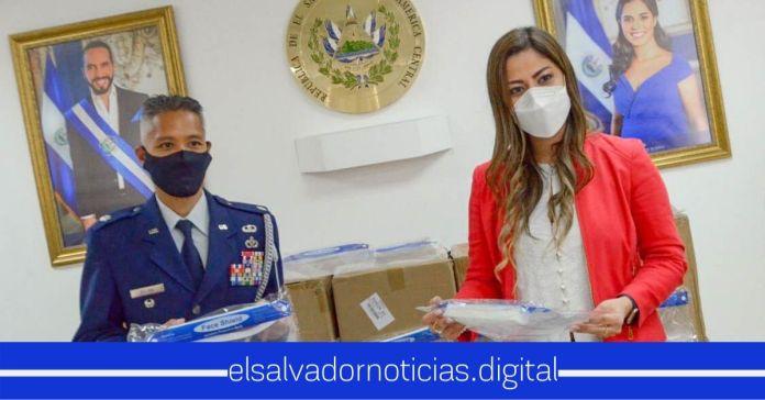 Embajada de EEUU dona al Gobierno 10.000 caretas protectoras de COVID-19 para profesionales de la salud