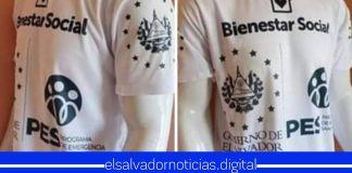 Salvadoreños emprendedores hacen camisas con el diseño de los paquetes alimenticios del Gobierno de Bukele