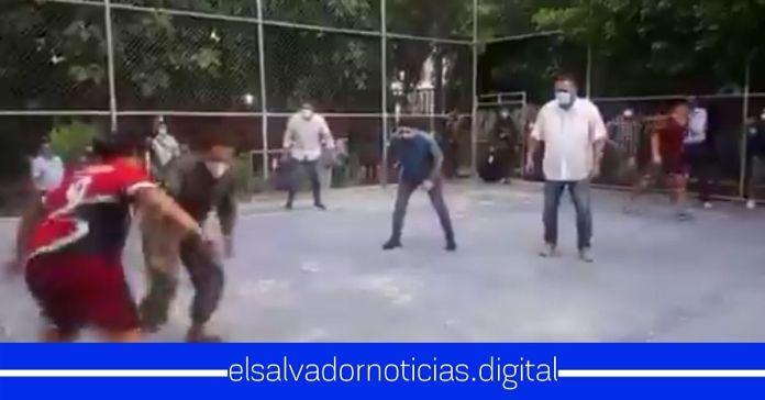 Funcionarios de Gobierno comparten un momento ameno junto a jóvenes de una comunidad jugando fútbol