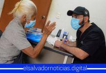 Ministro de Salud se encarga personalmente de brindarle atención médica necesaria a los abuelitos de nuestro país