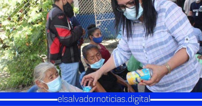 Ciudadanos denuncian campaña adelantada de alcaldesa de ARENA en Cuscatancingo quien regaló láminas y Kolashampan