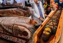 Egipto presenta tesoro arqueológico con más de 100 sarcófagos y 40 máscaras funerarias en perfecto estado
